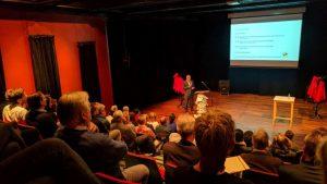foto van een volle zaal bij het symposium